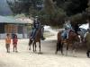 Policias locales ofrecen una pequeña cabalgata a niños locales. Un ejemplo de una fuente secundaria de Calprim en el turismo local – Foto14/Chile