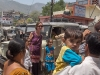 El turismo al revés: una turista rubia y alta se presta para ser fotografeada con los hijos de gente local. Es una forma de establecer un contacto social entre ambas partes. – Foto 16/India