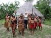 Es dificil distinguir si los indígenas se vistan para la foto o siempre andan así. La foto no revela su secreto en este sentido. Entonces ¿ se trata de algo objectivamente o simbólicamente auténtica? – Foto 19/Peru