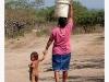 Una mujer que pasa meneándose con un balde con agua en la cabeza; un turista la fotografea – dos mundos y dos realidades. Se trata de una fuente incidental de Calprim y la autenticidad objetiva – Foto 9/Nicaragua