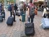 La vida del turista: andar con las maletas, haciendo filas y preocupandose de los horarios. Son experiencias que no tienen expectativas.