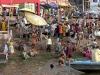 Een plaatselijke bevolking zelf kan een belbron vormen – hier bij de rivier Ghanges. Steden zijn doorgaans belangrijke gedeelde belbronnen. In get geval van steden weet de toerist al enigszins van tevoren wat hem te wachten staat – Foto 5/India